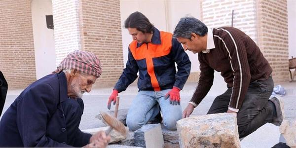 صدای تیشه هنرمند قدیمی سنگ تراش از مسجد جامع یزد به گوش می رسد