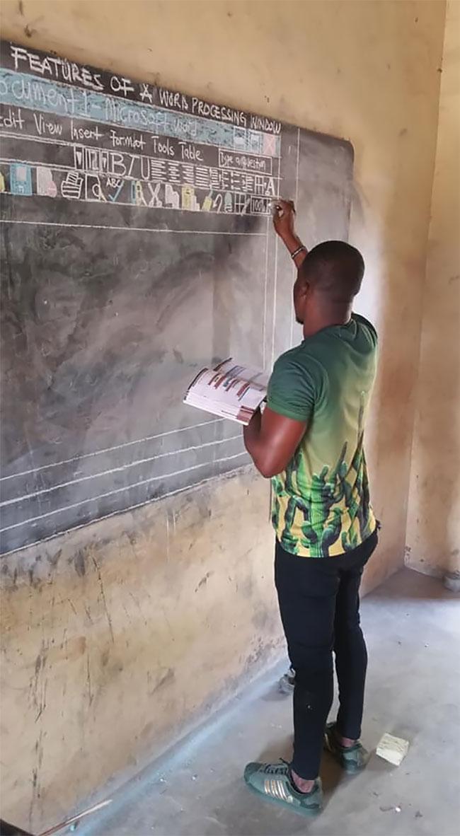 معلمی که بدون کامپیوتر به دانش آموزانش word می آموزد