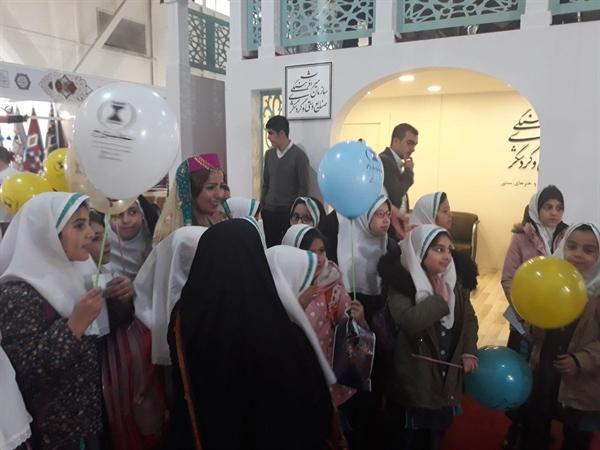 بازدید دانش آموزان از نمایشگاه صنایع دستی به افزایش دانش و اطلاعات آن ها از هنرهای یاری می نماید