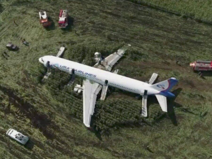 فیلم ، فرود اضطراری هواپیمای روسی پس از برخورد با دسته پرندگان