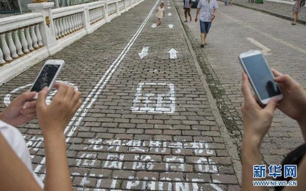 جهت مخصوص معتادان گوشی های همراه در پیاده روهای یک شهر چین