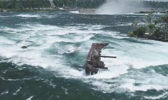 لحظه سقوط کشتی تاریخی از آبشار نیاگارا پس از یک قرن
