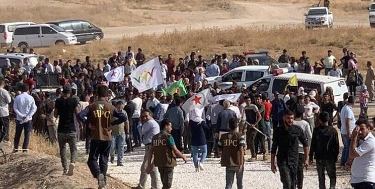 تصاویر ، تجمع هزاران سوری مقابل یک پایگاه آمریکایی در مرز ترکیه