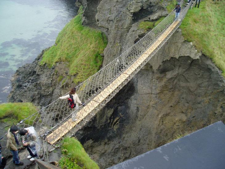 پل طنابی کریک بر روی اقیانوس اطلس، ایرلند شمالی