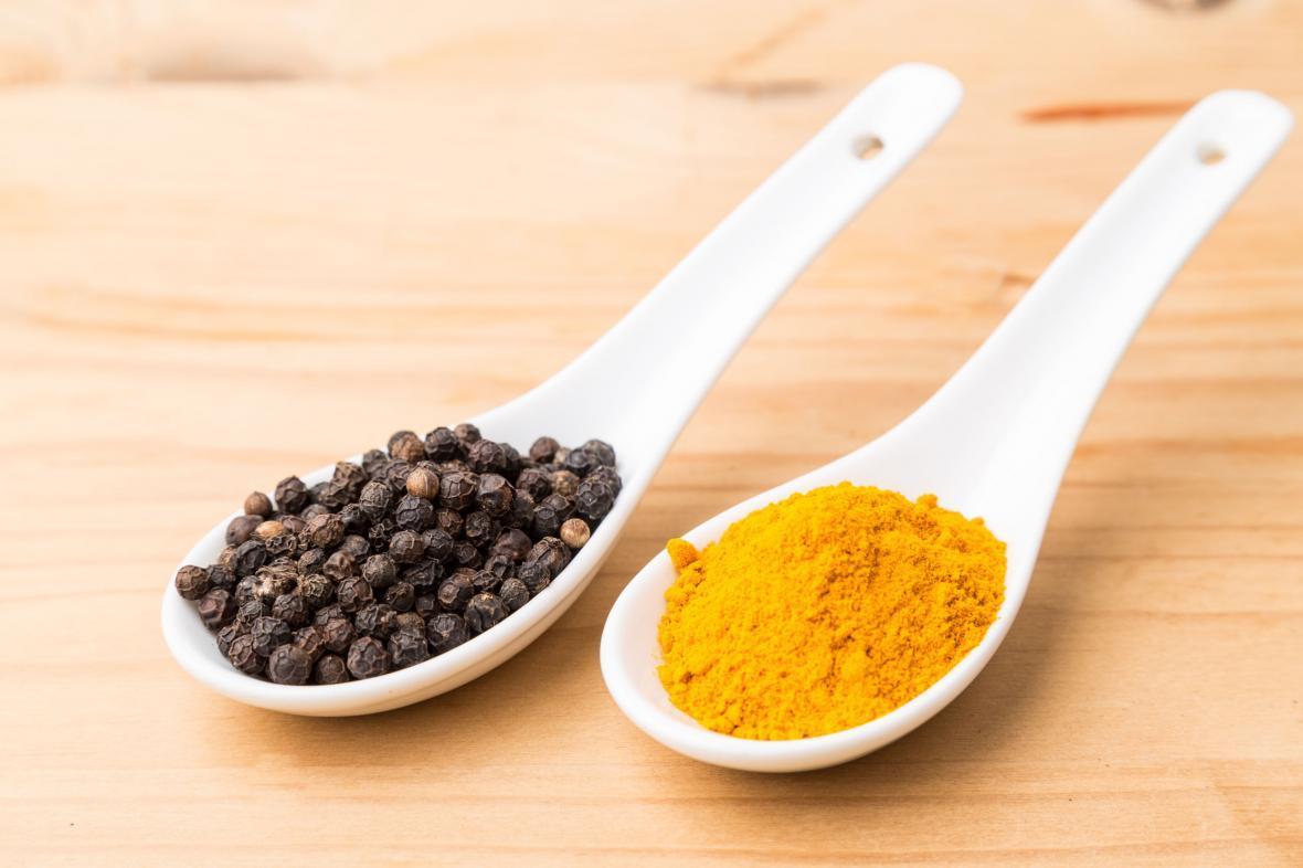 زردچوبه و فلفل سیاه: یک جفت ایده آل!چرا بهتر است زردچوبه و فلفل سیاه را با هم مصرف کنید؟