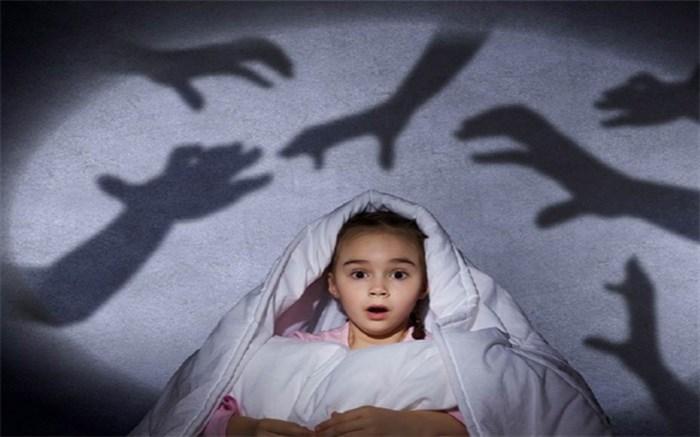 چگونگی رفتار والدین با بچه هایی که ترس از تاریکی دارند